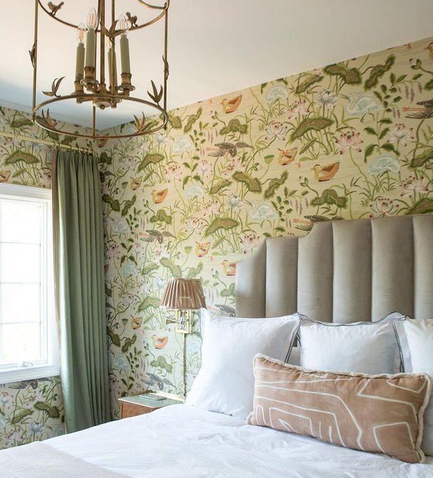 Habitación con papel tapiz floral