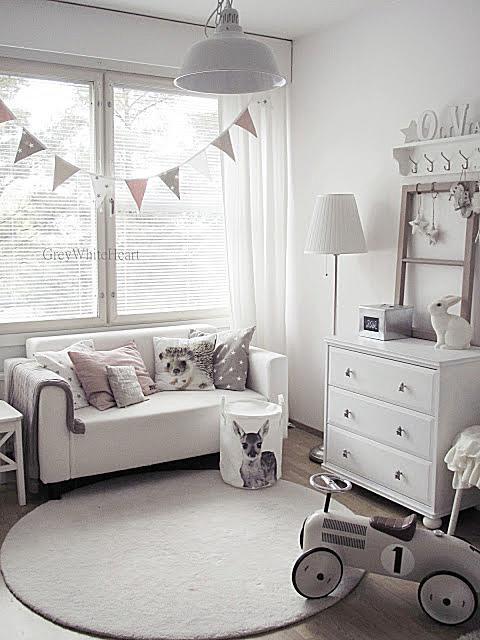 Habitación infantil sencilla y suave en tonos de gris