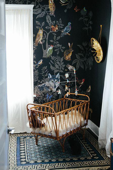 Vivero ecléctico con paredes negras y tema de la naturaleza