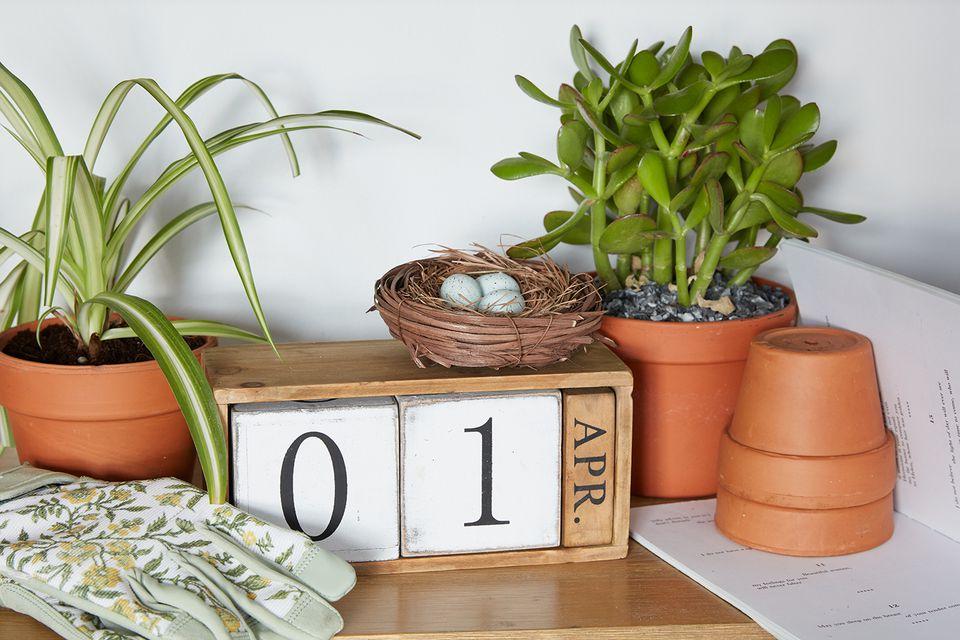 un calendario de abril rodeado de plantas