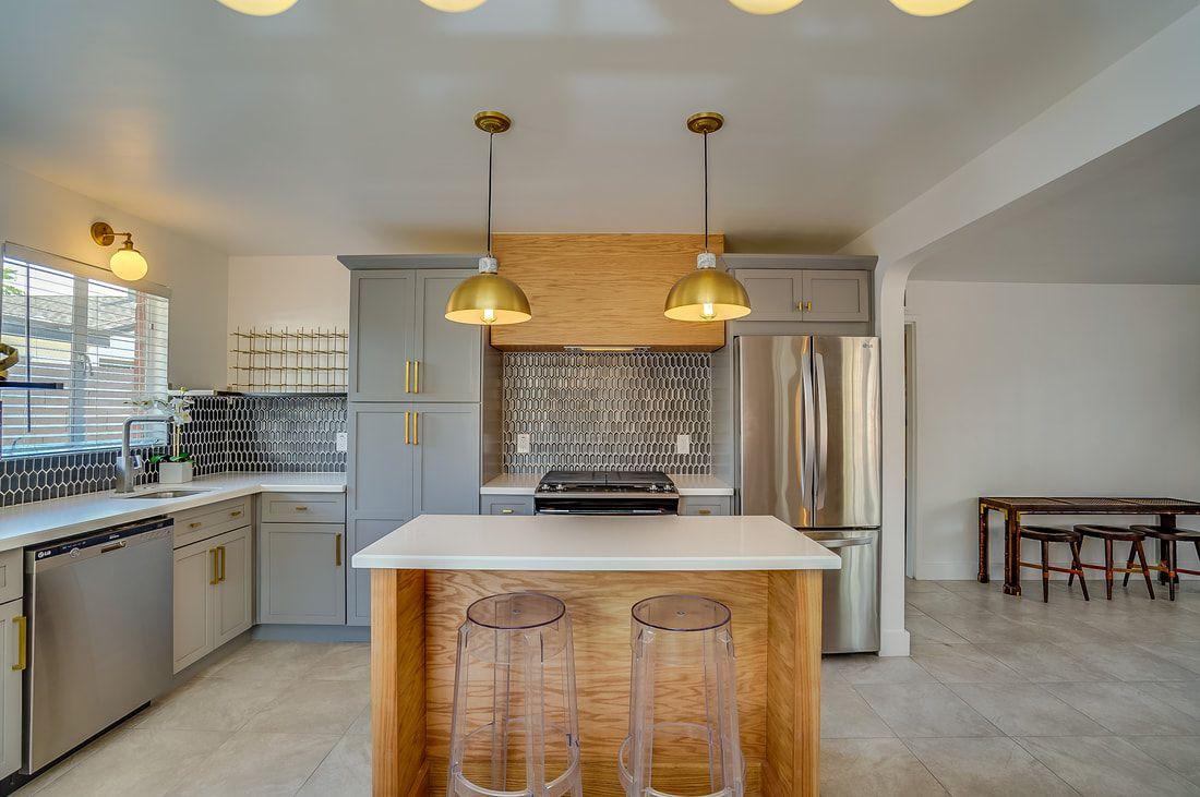cocina gris, blanca y madera natural