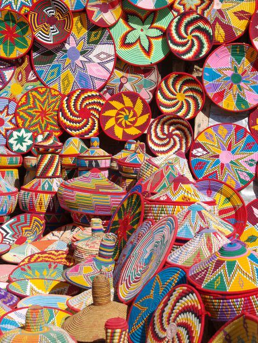 Cestas tejidas coloridas para la venta