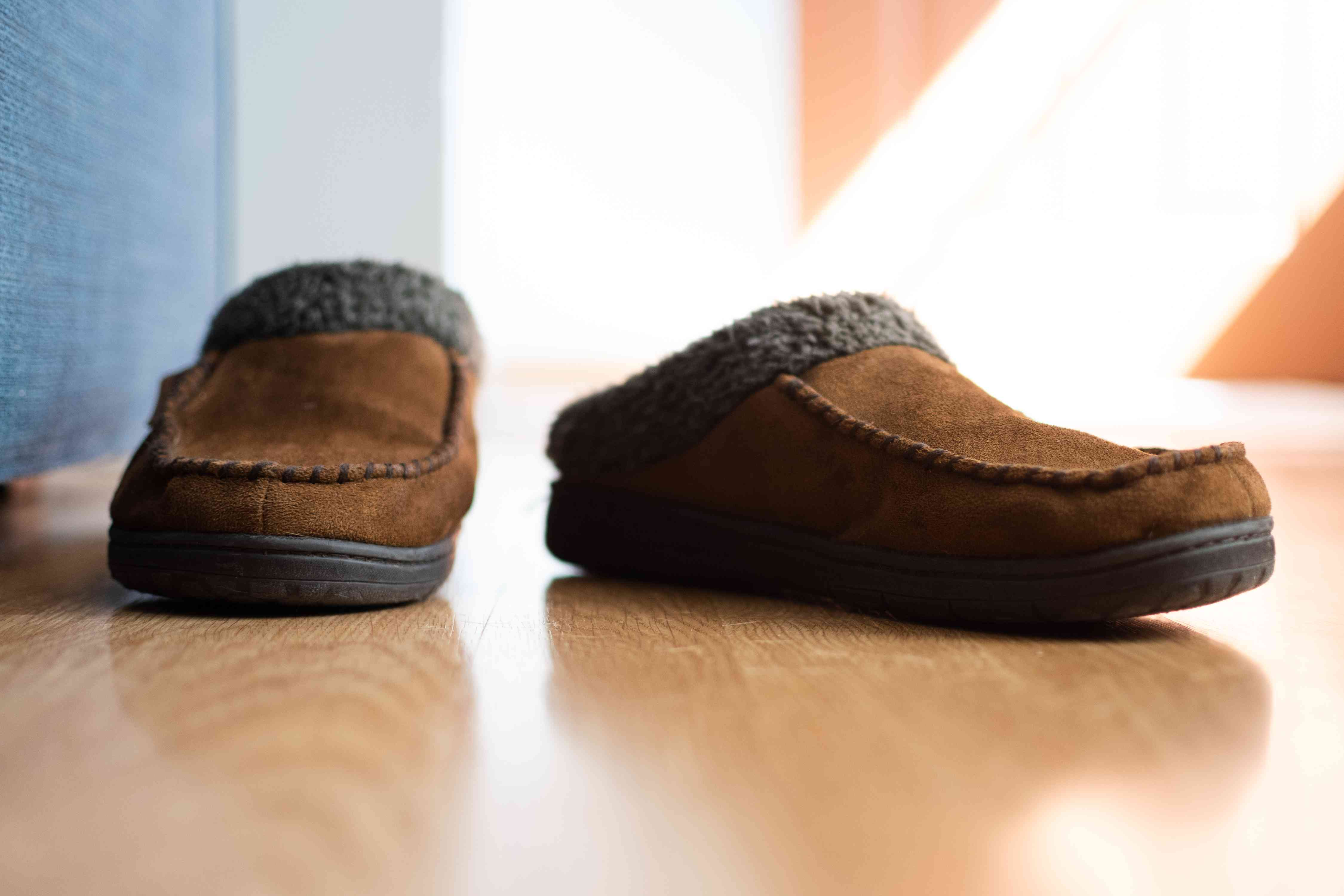 Brown slippers with faux fur to keep warm