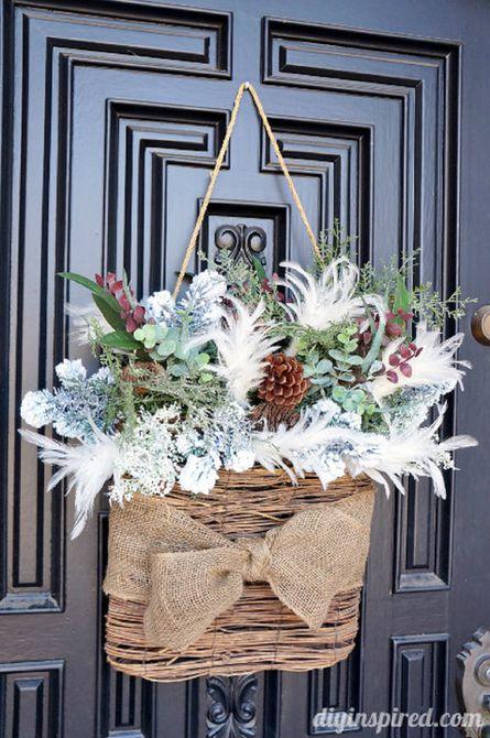 canasta colgante con ramas en una puerta de entrada