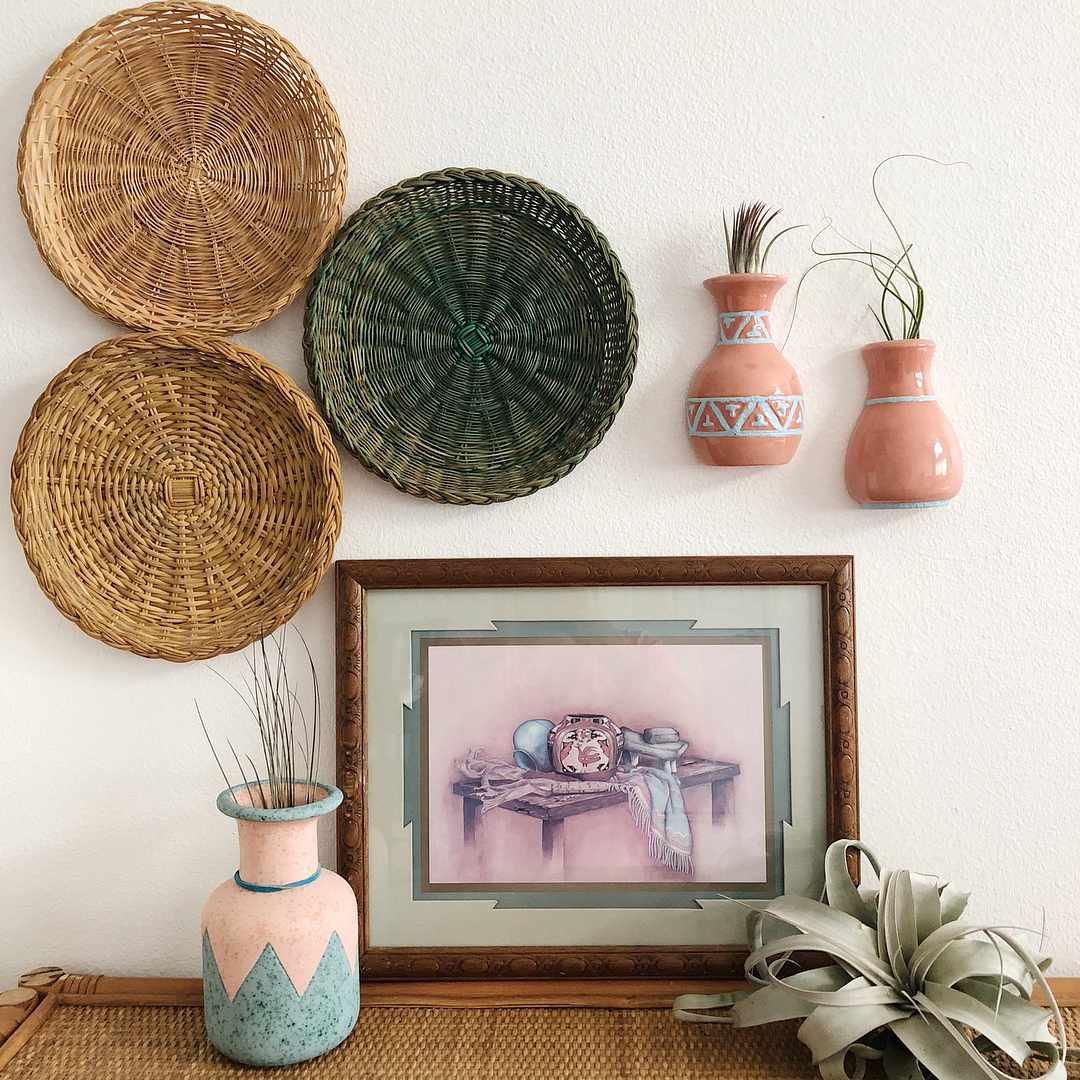 Pared con cerámica y cestas