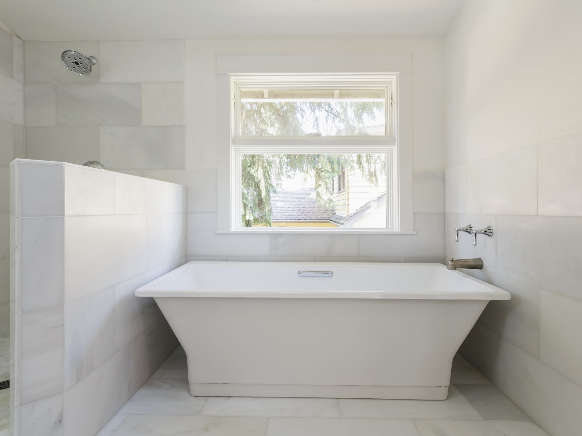 16 Gorgeous White Marble Bathrooms