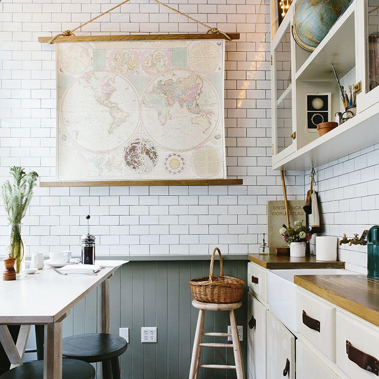 cocina con mesa de madera y azulejos de chevron