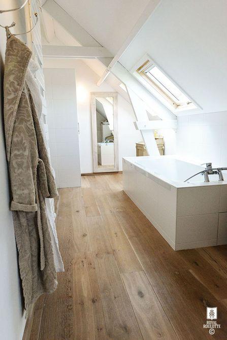 baño de techo de ático inclinado con ventana