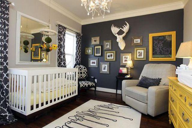 Habitación infantil gris neutro con audaces detalles en azul marino y amarillo