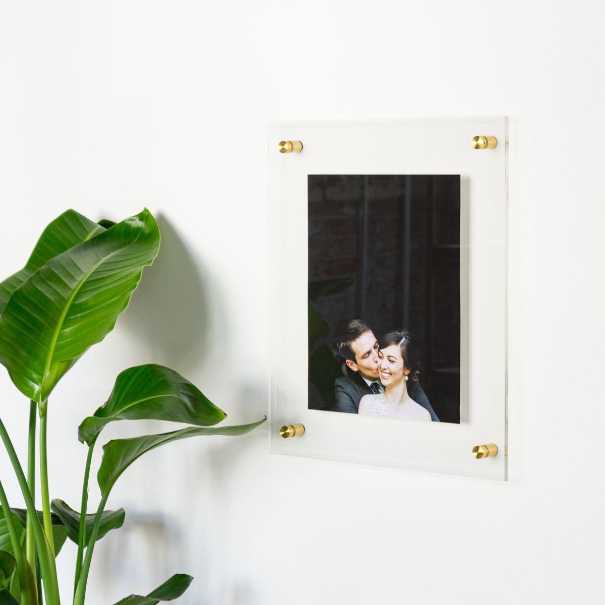 Marco de fotos flotante con adornos dorados