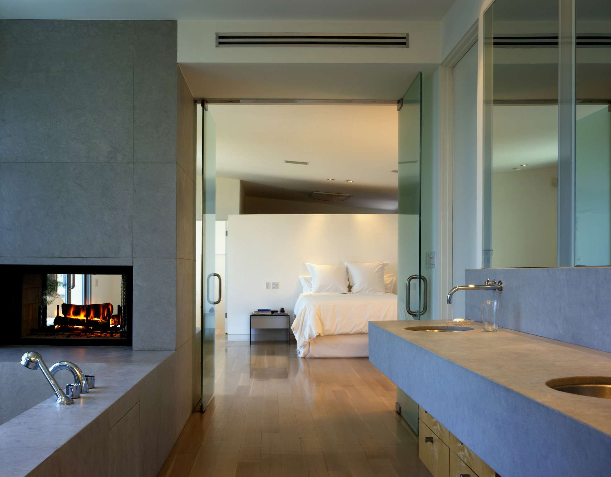 Double-sided fireplace