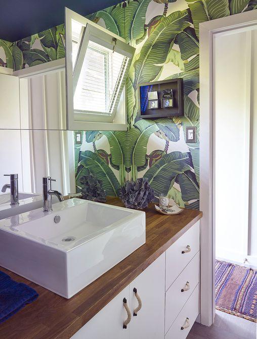 Un espejo grande expande un baño pequeño