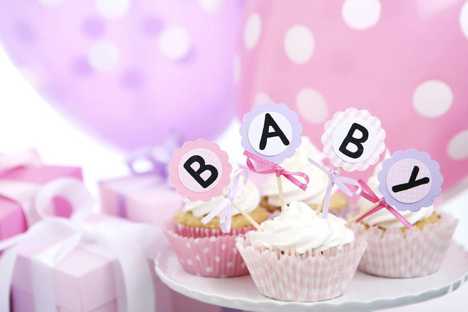 decorations for a baby shower, including presents and cupcakes