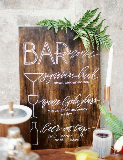 letrero de madera para un bar en una boda