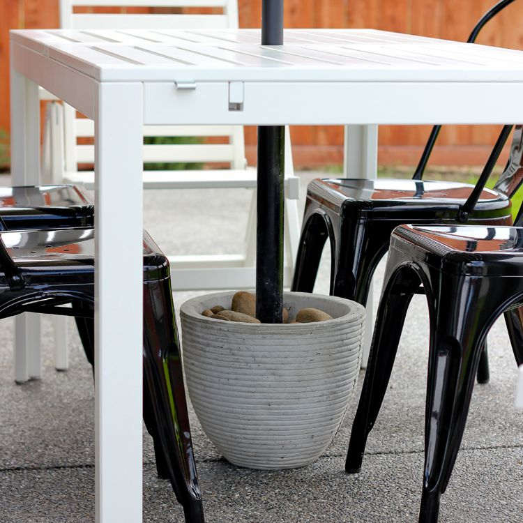Una mesa y un paragüero al aire libre