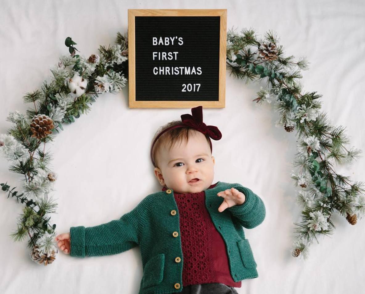 la primera navidad del bebé con un pizarrón