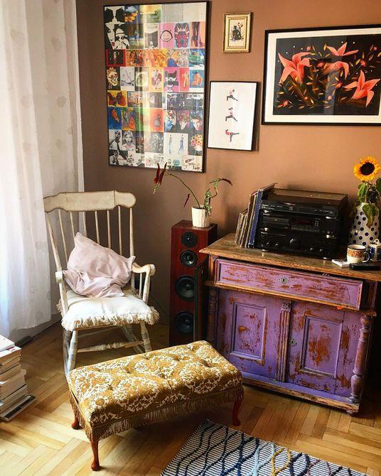 Sala de estar con paredes de color marrón medio