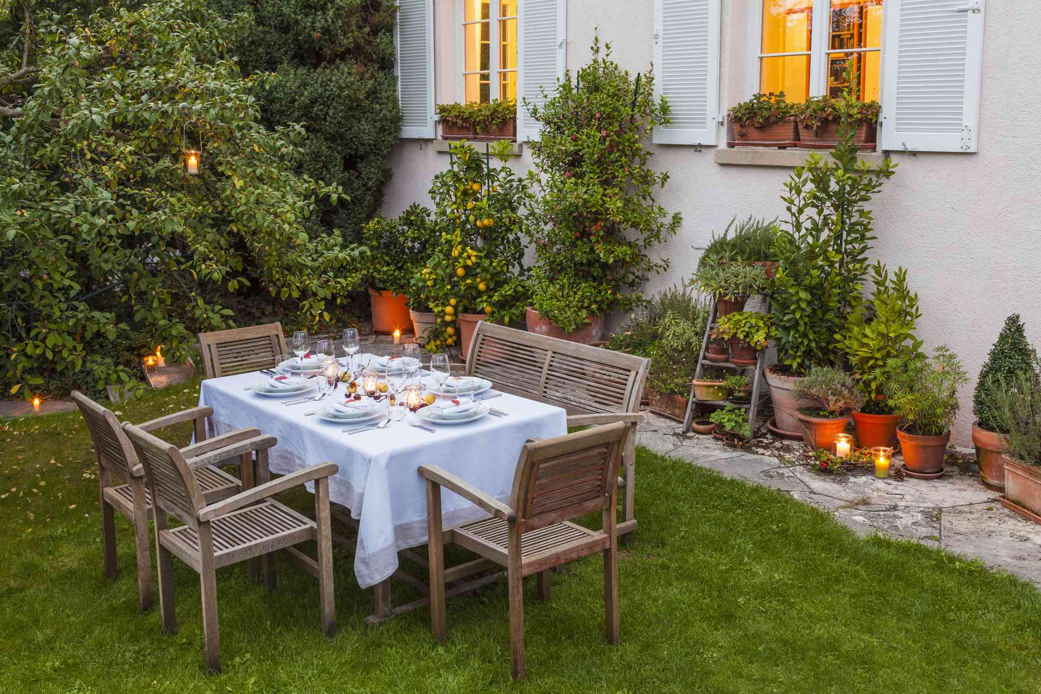 Mesa puesta otoñal en el jardín por la noche