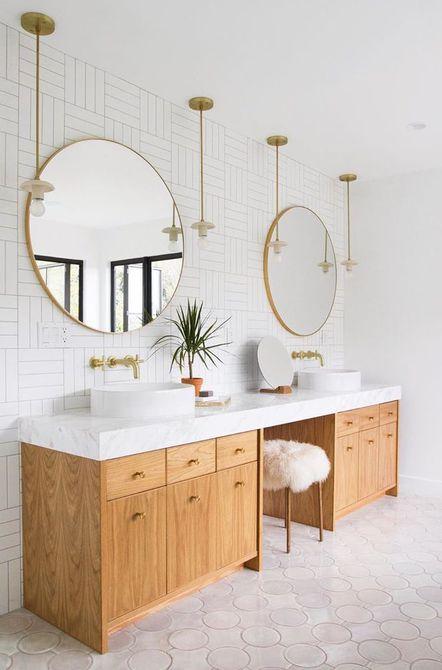 Baño con azulejos circulares en el piso