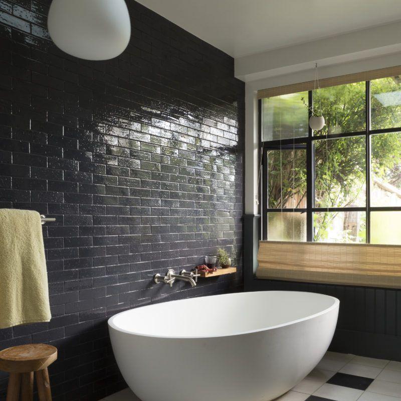 Pared de azulejos de metro en el baño