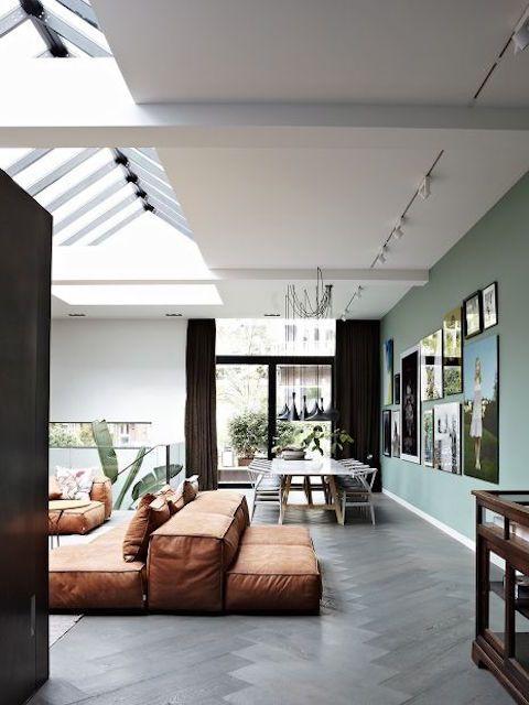 Sofá modular marrón en salón moderno