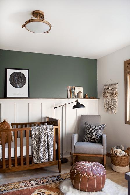 Vivero boho vintage con pared de acento verde oscuro