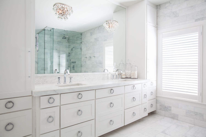 dos candelabros de cristal en el baño tradicional de mármol