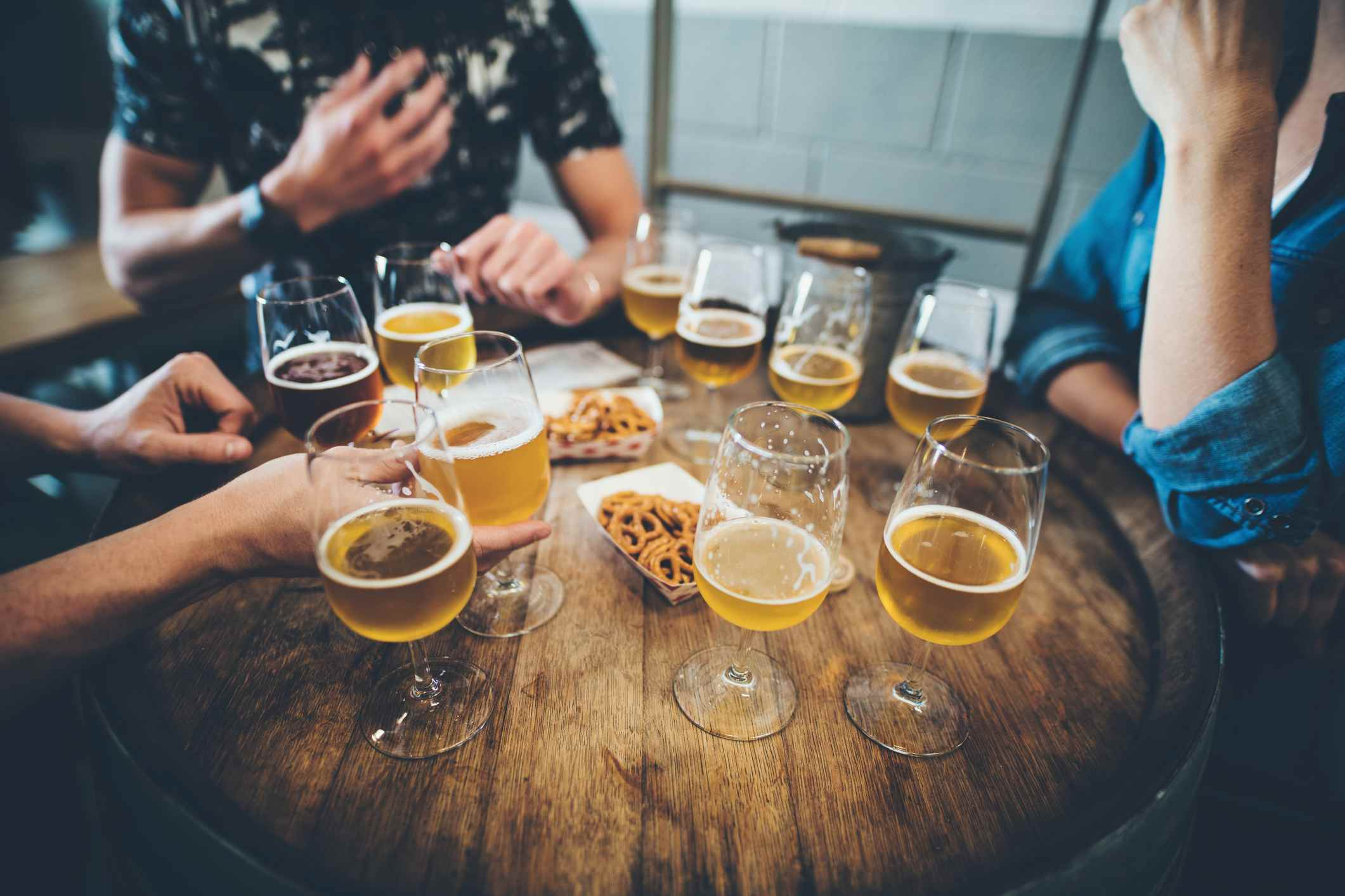 mesa llena de bebidas