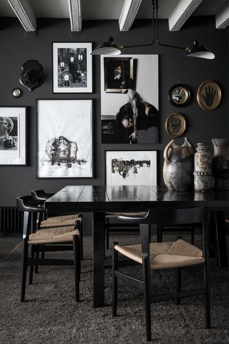 Mesa de laca del comedor negro con pared de galería