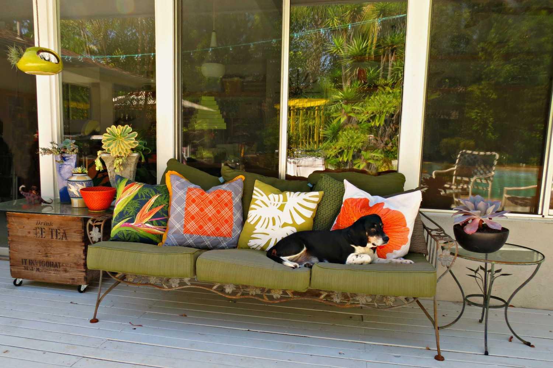Sofá al aire libre con almohadas de otoño