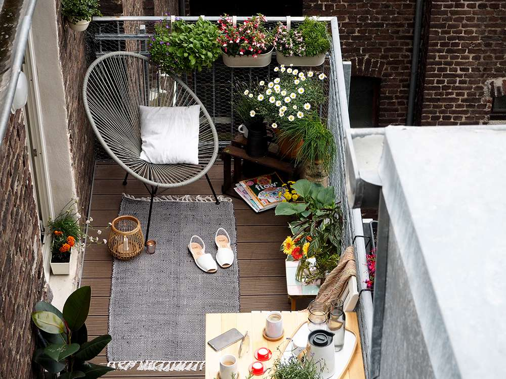 A balcón convertido en un oasis urbano