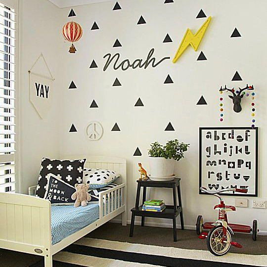 Black-and-white kid's room with triangle decals and a Nordic influence.