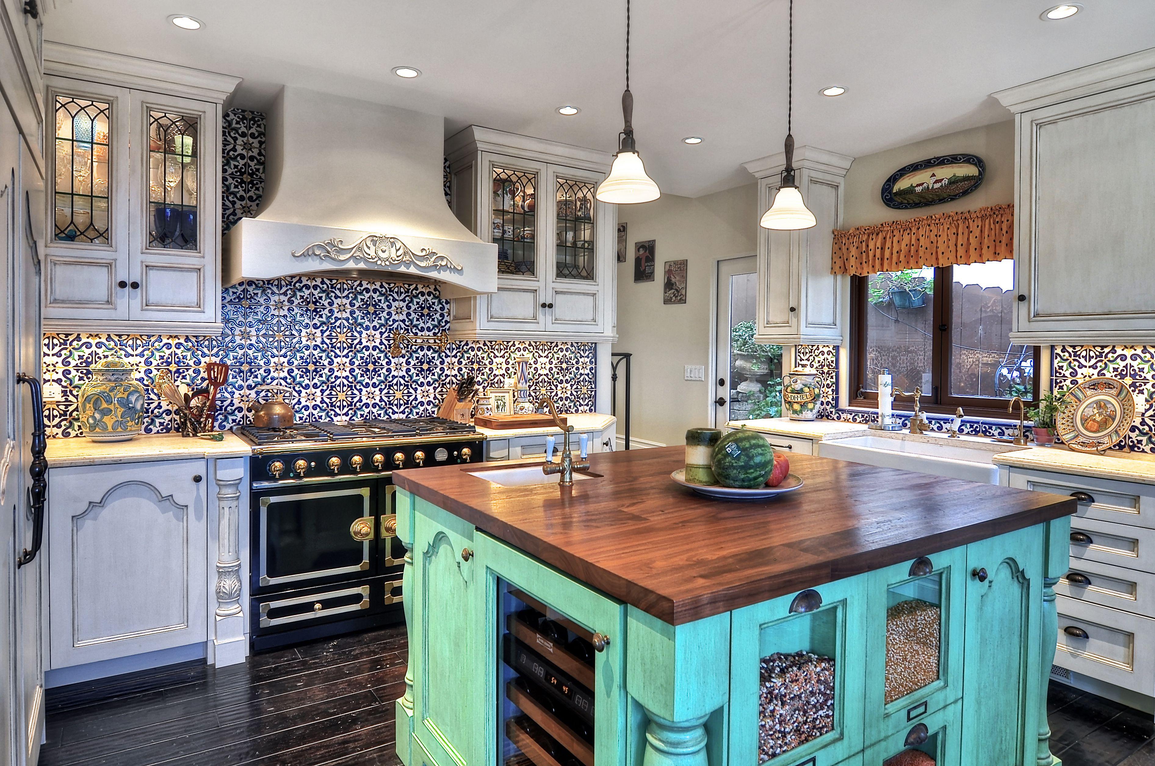 Azulejo español usado en una cocina turquesa