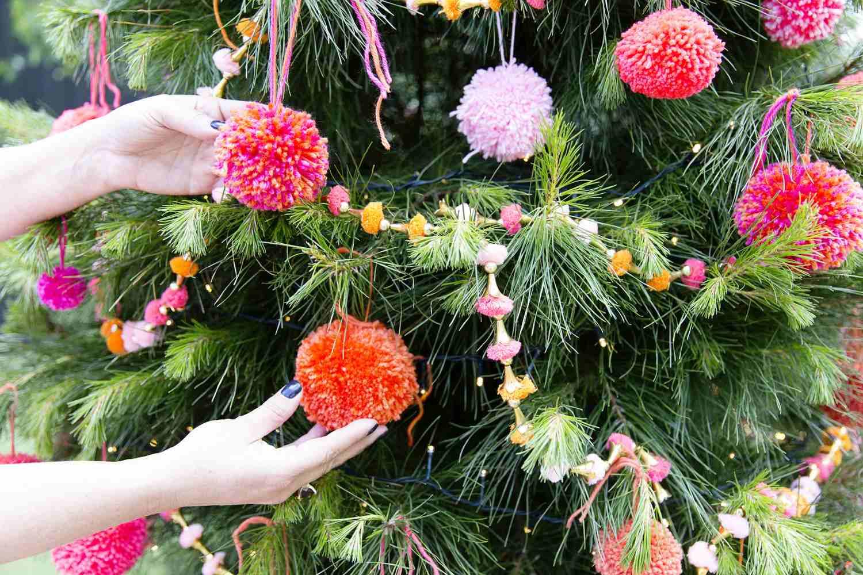Árbol de Navidad con pompones de vacaciones . , Árbol de Navidad con guirnalda de fieltro