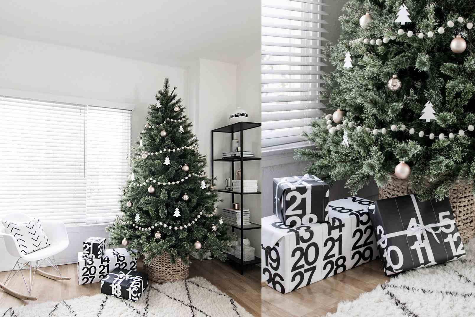 Árbol de Navidad decorado en blanco y dorado y cerca de una chimenea blanca.