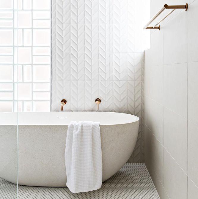 Baño blanco con azulejos únicos
