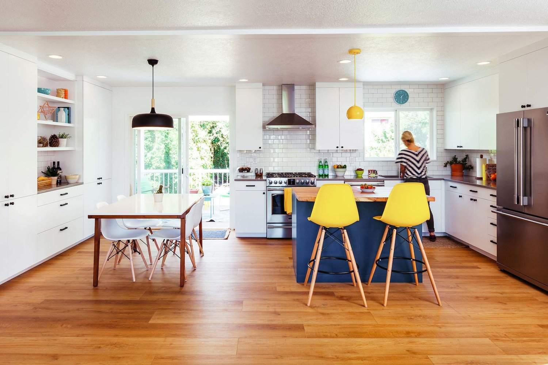 Cocina azul y verde con gabinetes azules y pisos de madera.