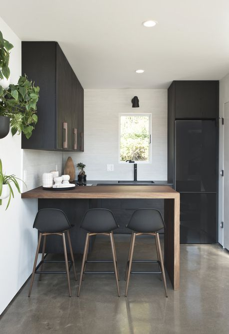 cocina con gabinetes de madera y negro