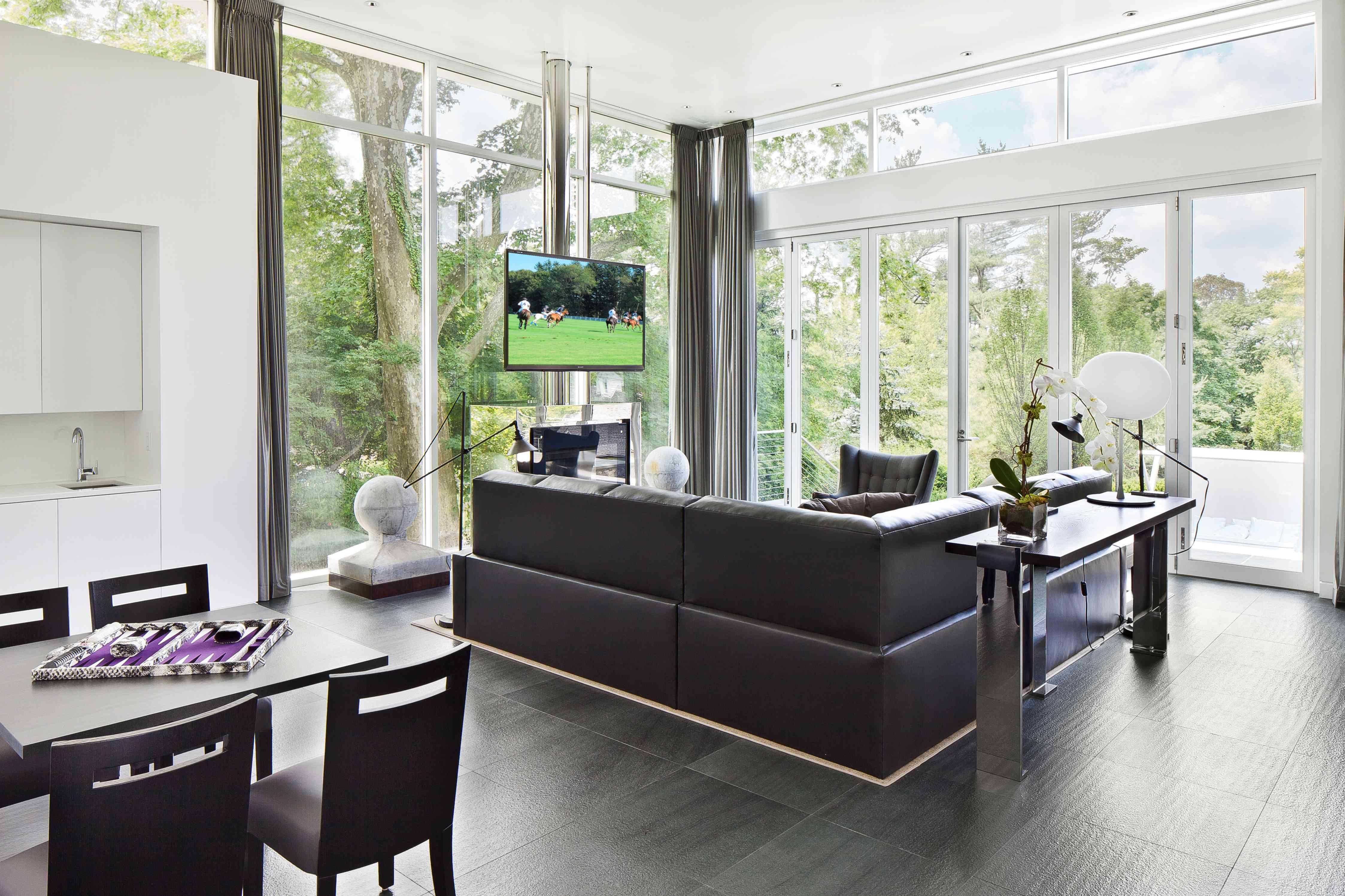 Adición de una nueva casa con paredes de vidrio