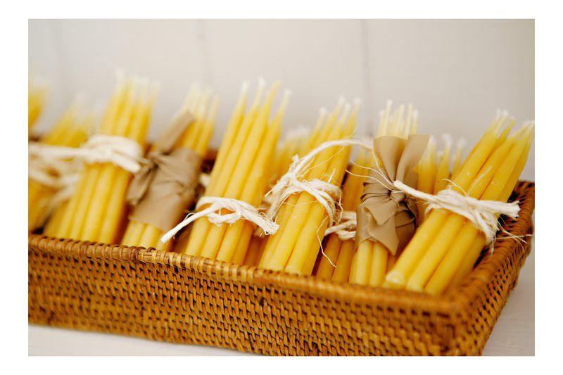 Velas y cestas amarillas