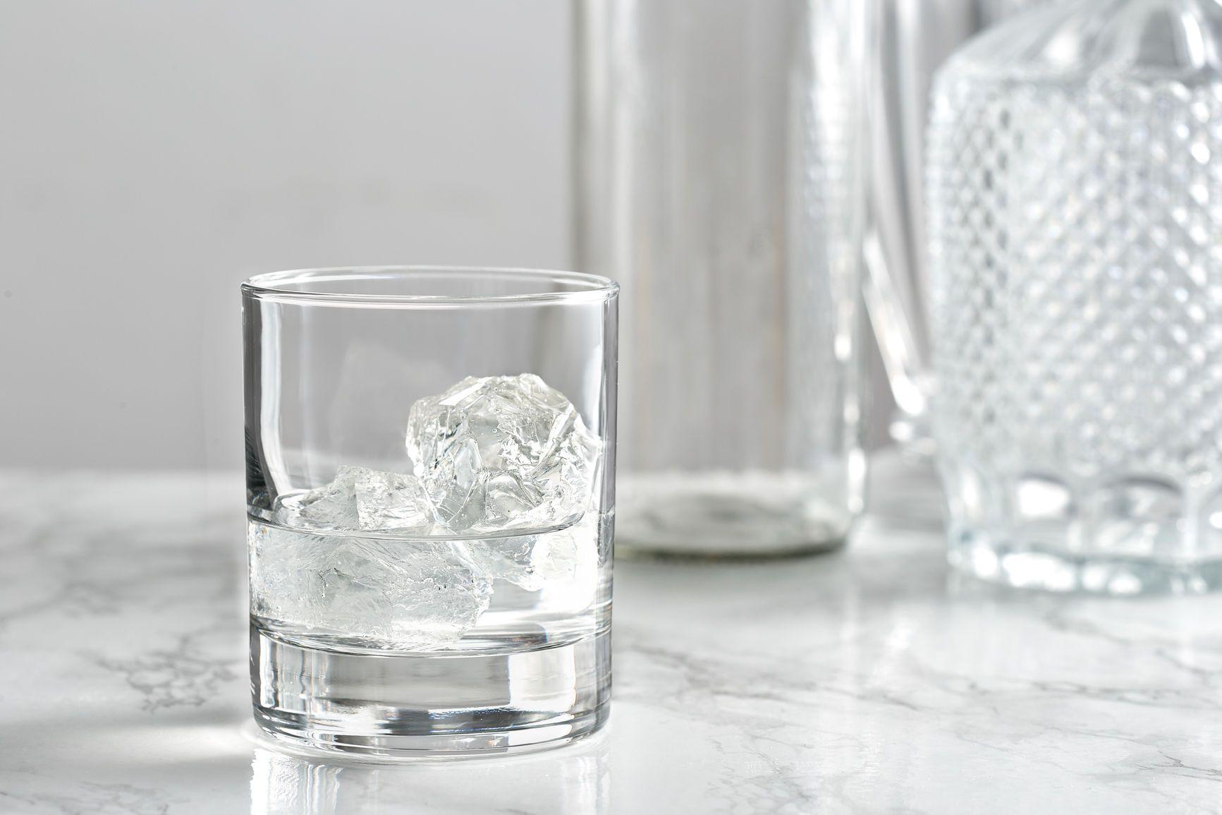 un vaso de vodka en las rocas