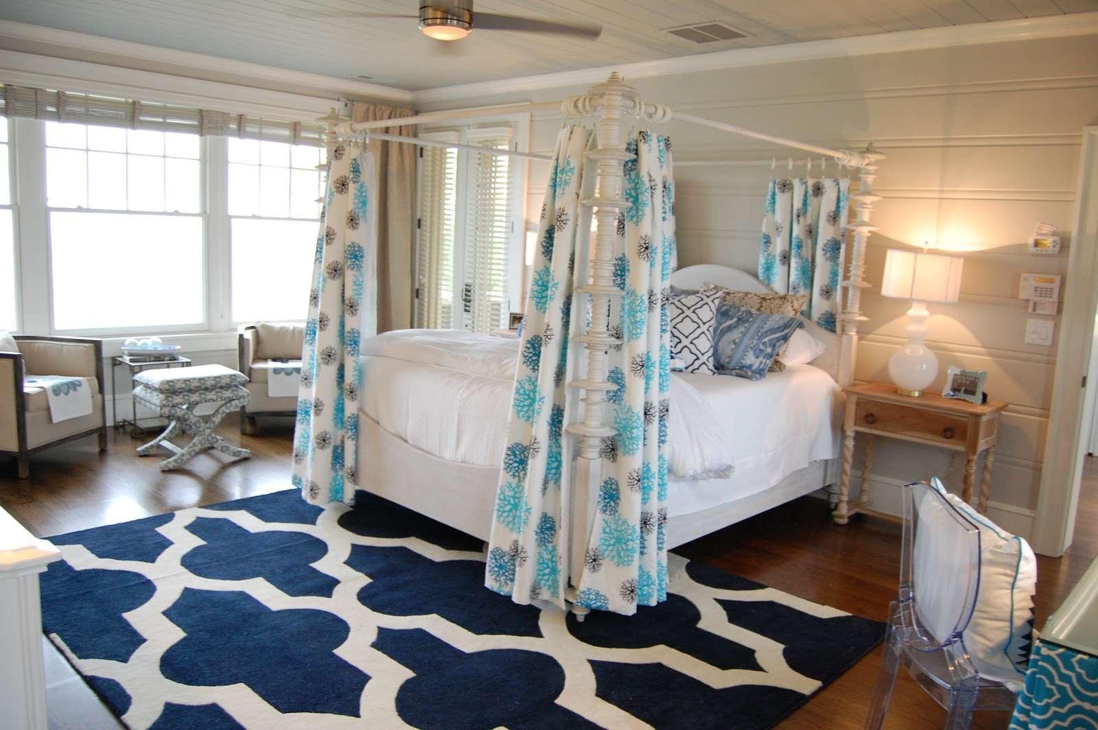 Habitación azul y blanca