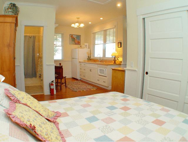 Apartamento estudio con una paleta suave. Sereno, dormitorio pequeño