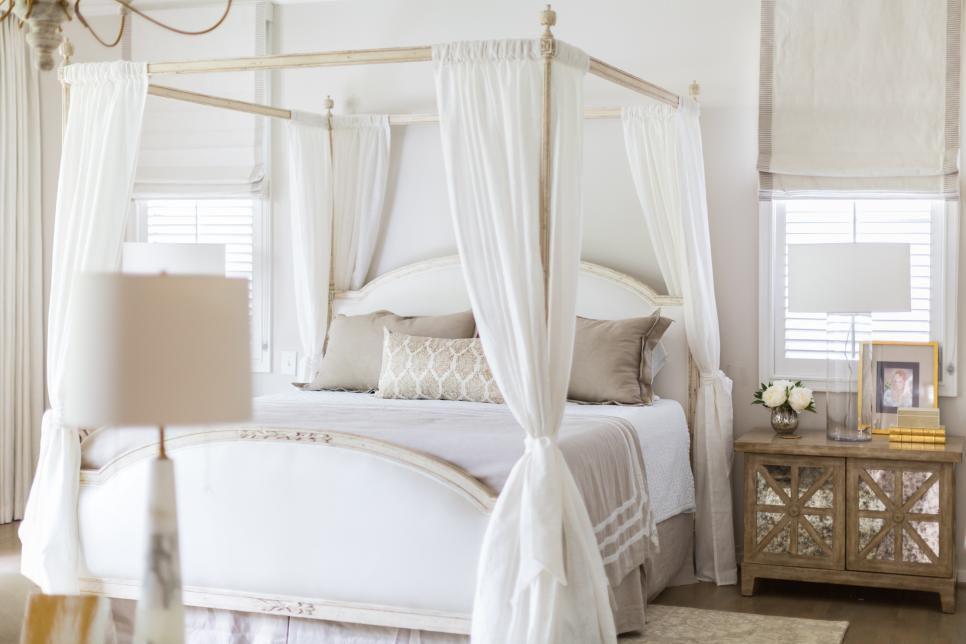 dormitorio francés con dosel blanco