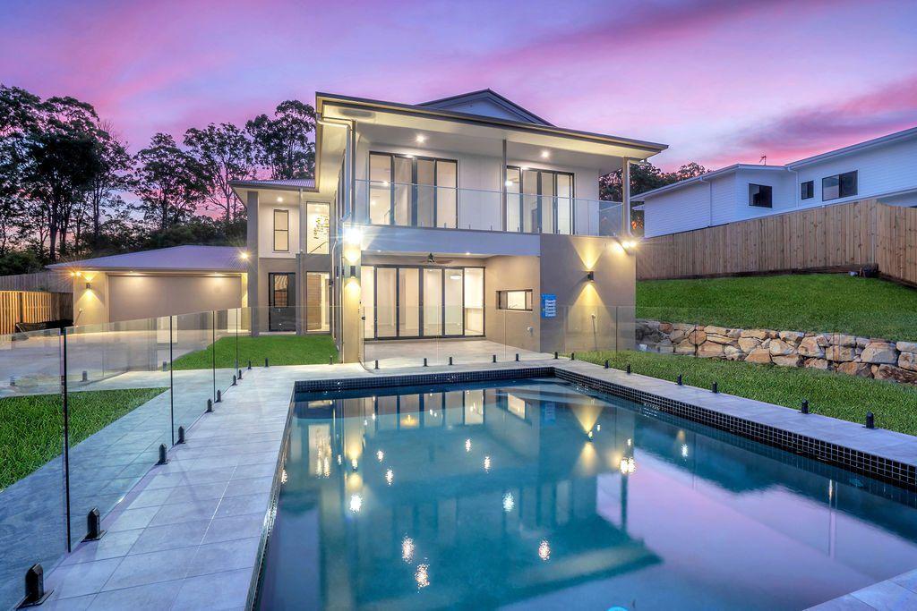 vista trasera de una casa moderna con piscina