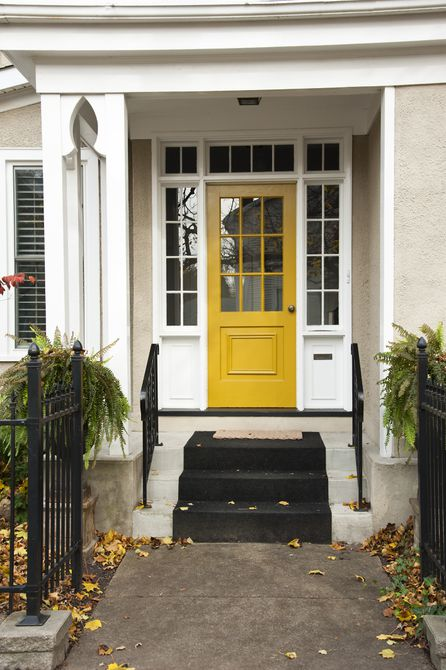 Puerta amarilla en la casa blanca