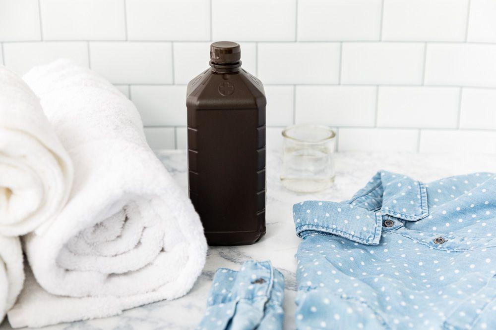 peróxido de hidrógeno con toallas y ropa