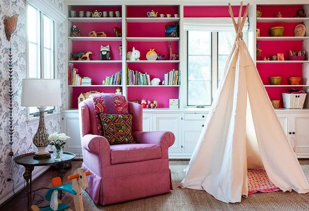 Habitación de la niña Boho con detalles en rosa fuerte