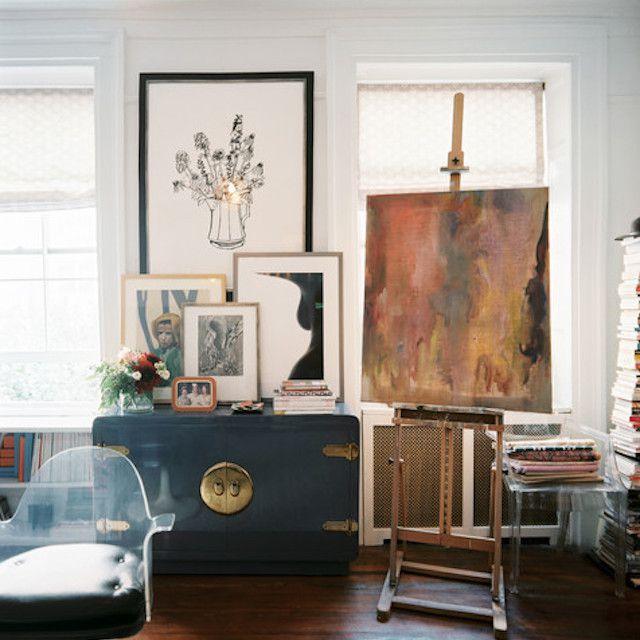 sala de estar con muchas obras de arte