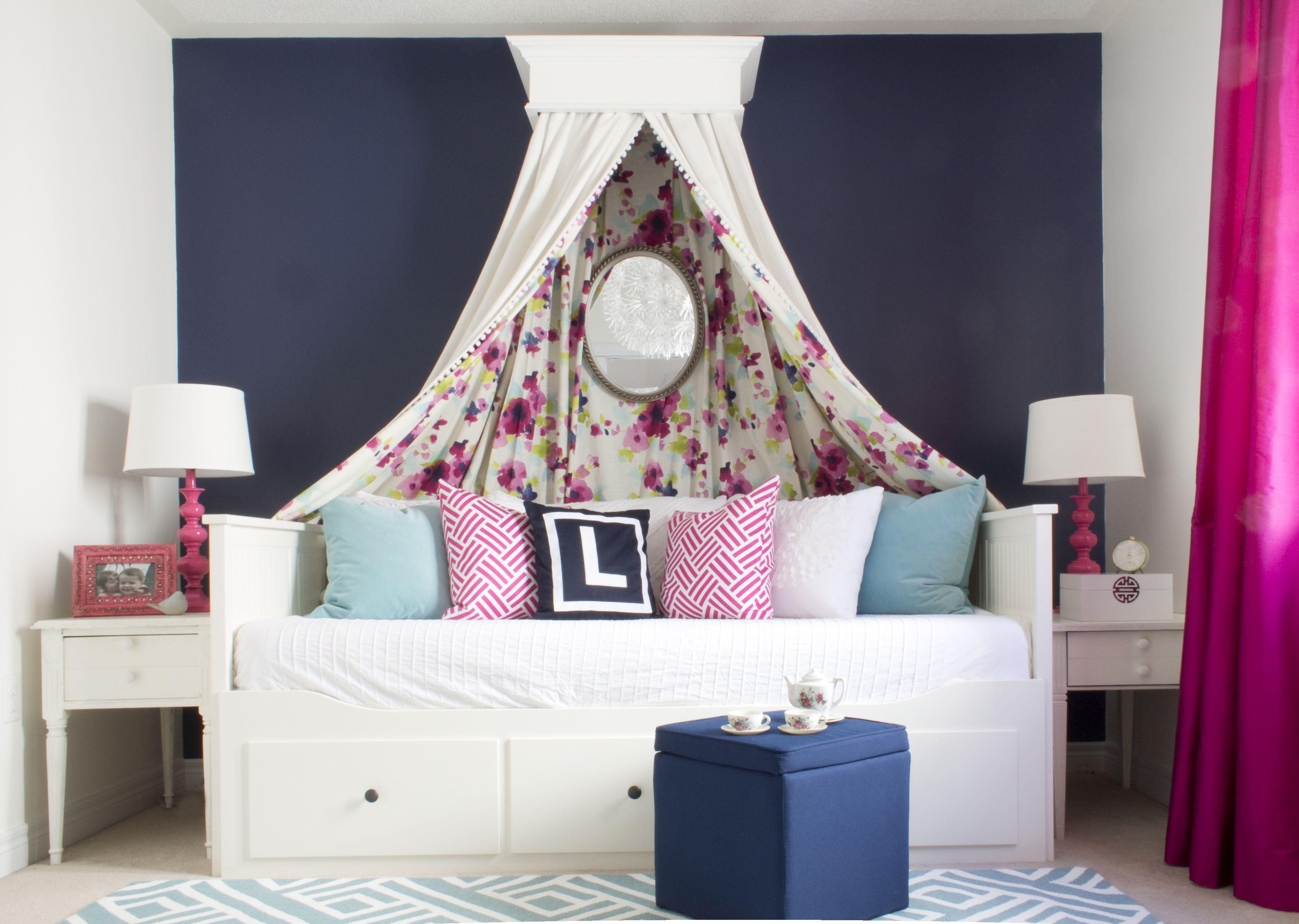 Habitación moderna para niñas con dosel con estampado floral